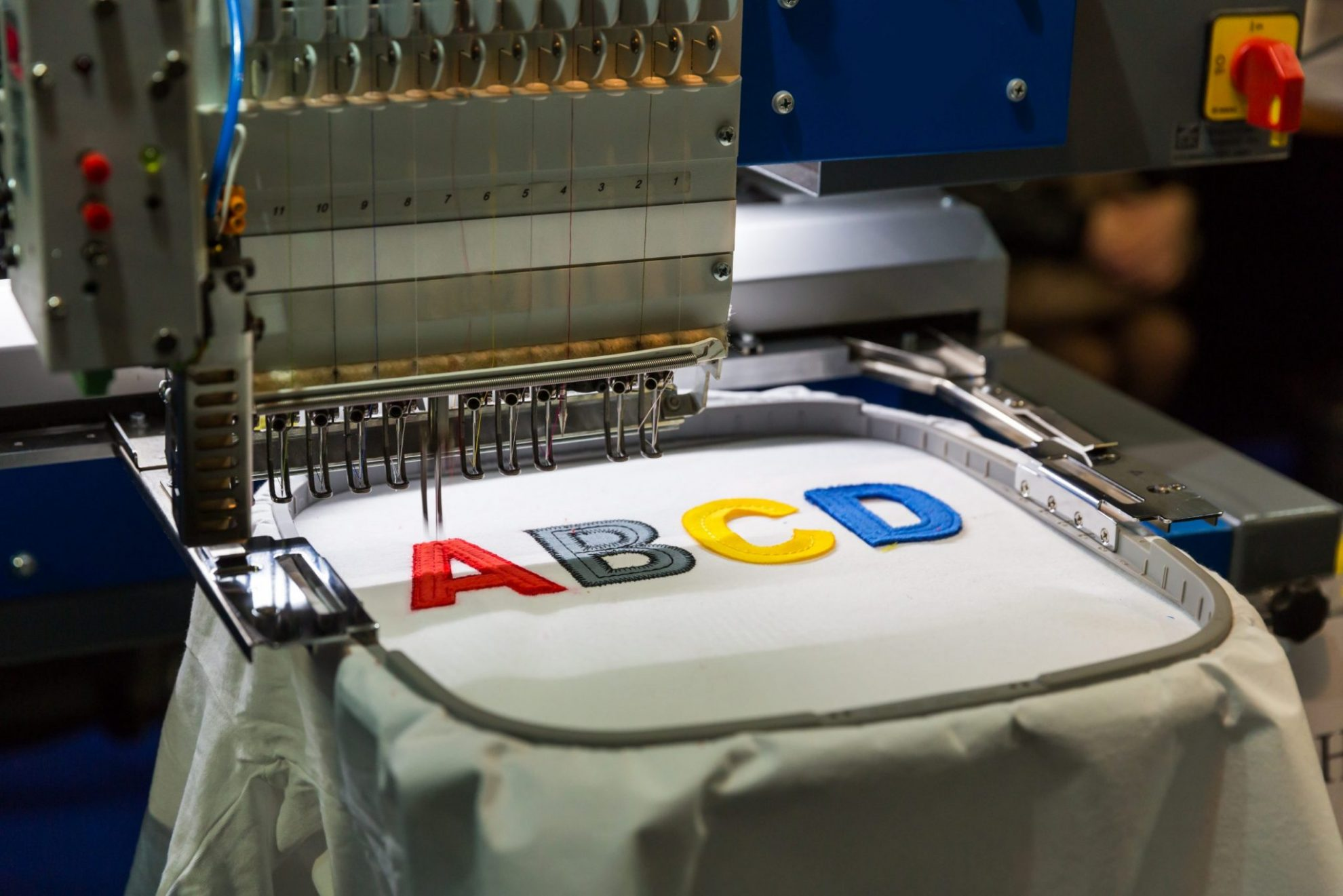 professional sewing machine embroidery letters scaled - Servicios