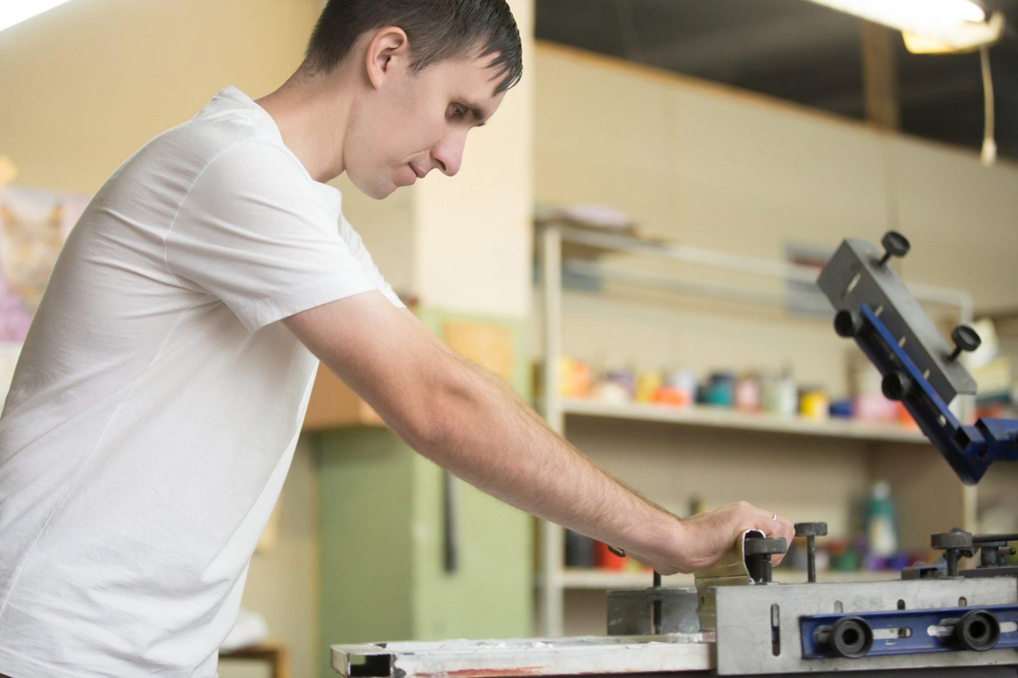 young man screen printing - Servicios